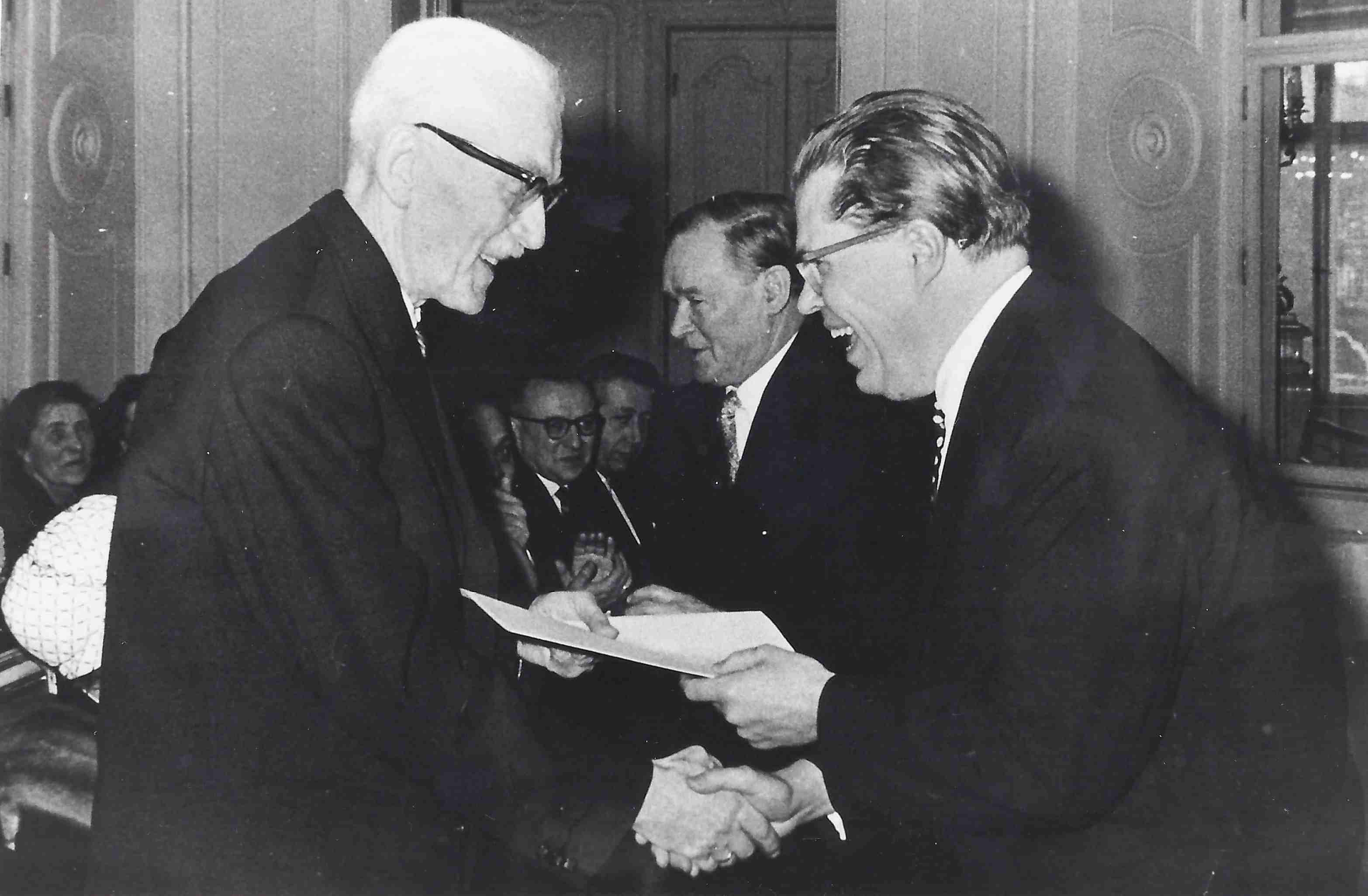 Überreichung der Ehrenurkunde de rWr. Mozartgemeinde durch Prof. Erik Werba, 1962