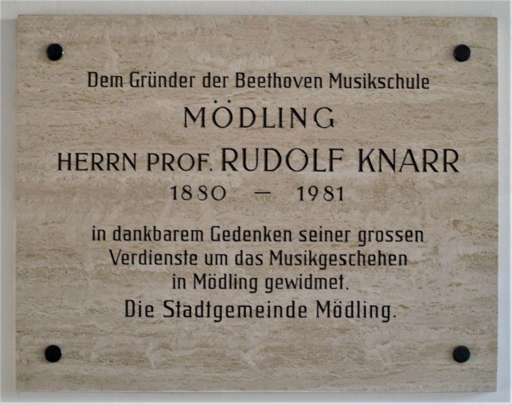 Gedenktafel für Rudolf Knarr in der Beethoven Musikschule Mödling