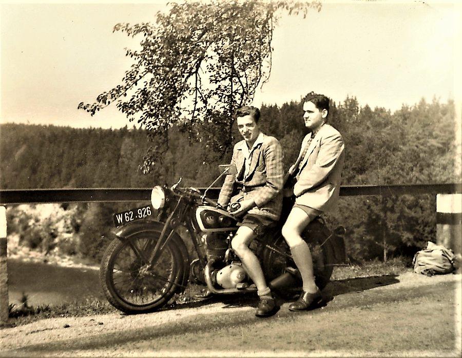 Die Brüder Schmid auf dem Motorrad