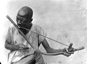 Afrikanischer Mundbogenspieler im Bundesstaat Cross River in Nigeria um 1910.